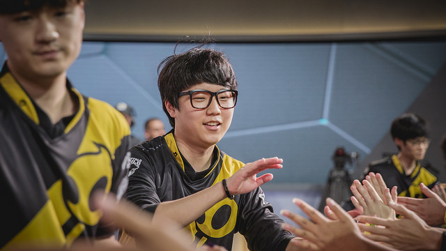 Pic of Dignitas high fiving crowd