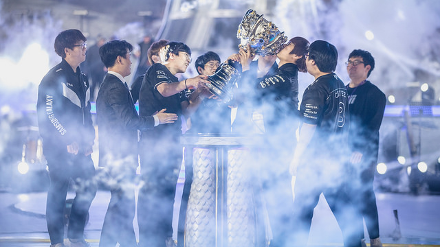 Picture of Samsung jungler Ambition kissing summoner's cup