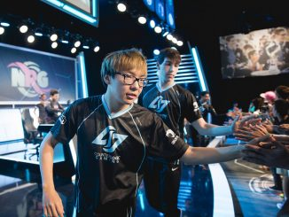 PIcture of Huhi and Stixxay High fiving fans